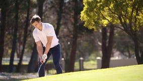 Giocatore di golf che colpisce un chip stock footage