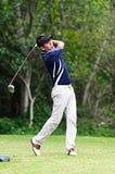 Giocatore di golf che colpisce un driver dalla T-casella Fotografie Stock