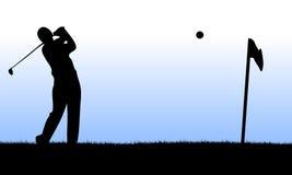 Giocatore di golf che effettua un lancio Fotografie Stock Libere da Diritti