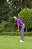 Giocatore di golf che esamina obiettivo Fotografia Stock