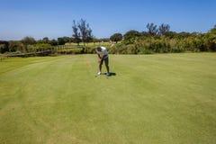 Giocatore di golf che mette breve foro Fotografie Stock