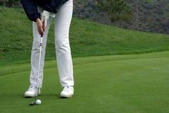 Giocatore di golf che mette la sfera Fotografia Stock