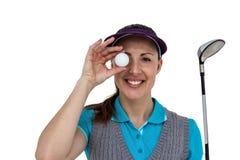 Giocatore di golf che posa con un club di golf e una palla da golf Immagini Stock Libere da Diritti