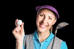 Giocatore di golf che posa con un club di golf e una palla da golf Fotografie Stock Libere da Diritti