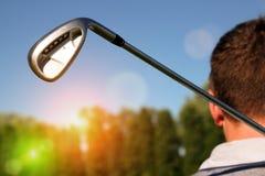 Giocatore di golf che tiene un club di golf nel campo da golf Immagini Stock Libere da Diritti