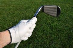 Giocatore di golf che tiene un ferro (club di golf) Immagini Stock Libere da Diritti