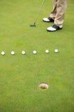 Giocatore di golf circa da collocare sul tee fuori Fotografie Stock