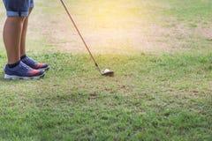 Giocatore di golf con il club di golf del metallo che prepara guidare la palla da golf sul tratto navigabile Immagine Stock Libera da Diritti
