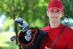 Giocatore di golf con il randello sulla spalla. Fotografia Stock