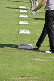 Giocatore di golf con la riga delle sfere di pratica Immagine Stock Libera da Diritti