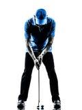 Giocatore di golf dell'uomo che golfing mettendo siluetta Fotografia Stock