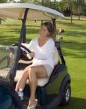 Giocatore di golf della ragazza in carrello Fotografia Stock Libera da Diritti