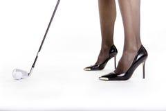 Giocatore di golf di signora con i talloni Immagini Stock