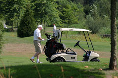 Giocatore di golf e carrello di golf fotografie stock libere da diritti