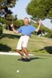 Giocatore di golf maschio maggiore sul terreno da golf Fotografia Stock Libera da Diritti