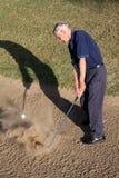 Giocatore di golf nel separatore di sabbia Fotografie Stock Libere da Diritti