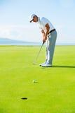 Giocatore di golf su verde mettente Fotografia Stock Libera da Diritti