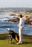 Giocatore di golf sul litorale fotografie stock