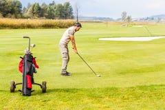 Giocatore di golf sul verde Fotografia Stock Libera da Diritti