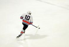 Giocatore di hockey su ghiaccio Immagini Stock