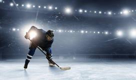 Giocatore di hockey su ghiaccio alla pista di pattinaggio
