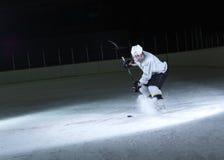Giocatore di hockey su ghiaccio nell'azione Fotografia Stock