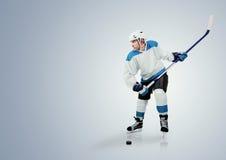 Giocatore di hockey su ghiaccio pronto ad attaccare Immagine Stock