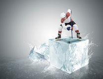 Giocatore di hockey su ghiaccio sul cubetto di ghiaccio durante il fronte-fuori Immagine Stock Libera da Diritti