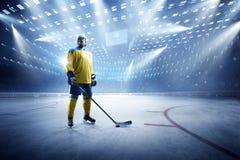 Giocatore di hockey su ghiaccio sulla grande arena del ghiaccio fotografie stock