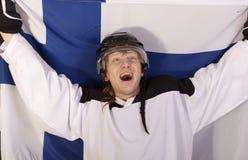 Giocatore di hokey del ghiaccio con la bandierina finlandese Fotografia Stock