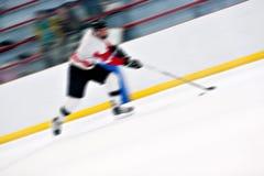 Giocatore di hokey su una rottura veloce Fotografie Stock Libere da Diritti