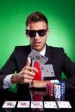 Giocatore di mazza che getta due schede dell'asso Fotografie Stock Libere da Diritti