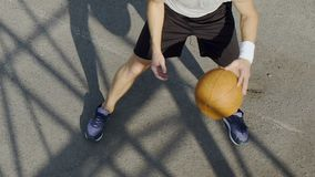 Giocatore di pallacanestro bianco che tratta la palla e che spara nel cerchio, forma fisica video d archivio