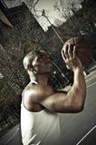Giocatore di pallacanestro che va per la vittoria Immagine Stock