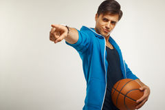 Giocatore di pallacanestro con la palla contro fondo bianco immagine stock libera da diritti