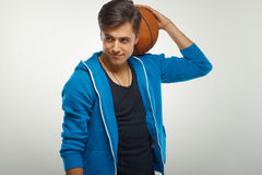 Giocatore di pallacanestro con la palla contro fondo bianco immagini stock
