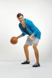 Giocatore di pallacanestro con la palla contro fondo bianco fotografie stock libere da diritti