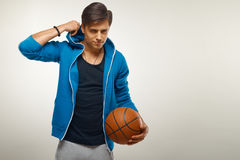 Giocatore di pallacanestro con la palla contro fondo bianco fotografie stock