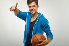 Giocatore di pallacanestro con la palla contro fondo bianco fotografia stock