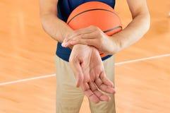 Giocatore di pallacanestro danneggiato immagini stock