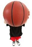 Giocatore di pallacanestro del bambino con la sfera sopra il fronte Fotografie Stock Libere da Diritti