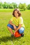 Giocatore di pallacanestro dopo resto del gioco su erba Fotografia Stock Libera da Diritti