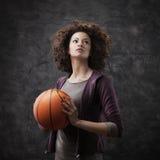Giocatore di pallacanestro femminile immagini stock