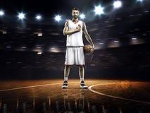 Giocatore di pallacanestro fiero in palestra Fotografia Stock Libera da Diritti