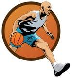 Giocatore di pallacanestro professionista che gocciola nel salto w Immagini Stock