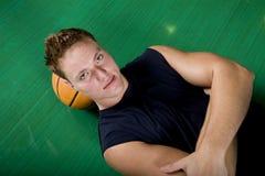 Giocatore di pallacanestro a riposo immagine stock libera da diritti