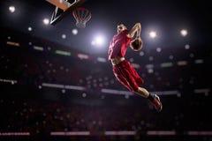 Giocatore di pallacanestro rosso nell'azione Immagine Stock Libera da Diritti