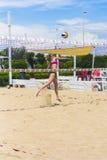 Giocatore di pallavolo della spiaggia che è schiacciato (Roma) Fotografie Stock