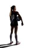Giocatore di pallavolo femminile che sta con la palla Fotografie Stock Libere da Diritti