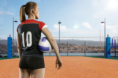 Giocatore di pallavolo femminile che sta con la palla Immagine Stock Libera da Diritti